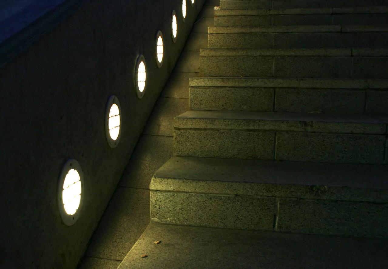 W jaki sposób zapewnić oświetlenie w placówkach medycznych? Oprawy do powierzchni czystych